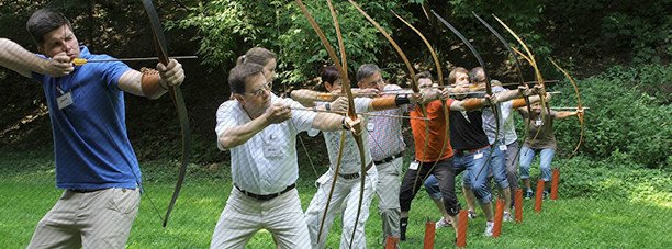Aurex - Ziel im Blick - Gruppe beim Bogen schiessen